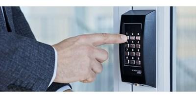 Kodelås eller en digital lås bruges med fordel i erhverv